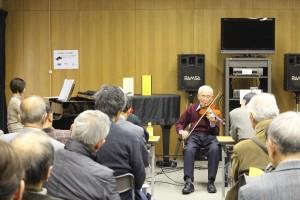 会場風景。ヴァイオリンに熱心に聴き入っています。