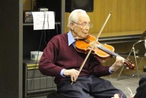 小島亮一さんのヴァイオリン演奏。暗譜です。