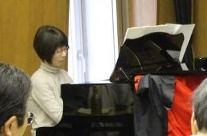 ピアノ伴奏はお嬢様の丸山令子さん。息が合ってています。