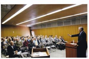 参加者は講演に熱心に聞き入っている。
