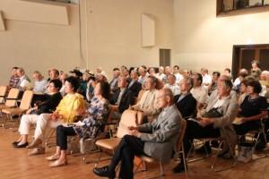 出席者は熱心に演奏に聴き入っている。