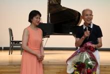 塩井勝也世話役代表から感謝の気持  を込めて森川由美子先生に花束贈呈