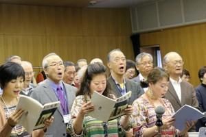 皆さん熱心に歌っている。