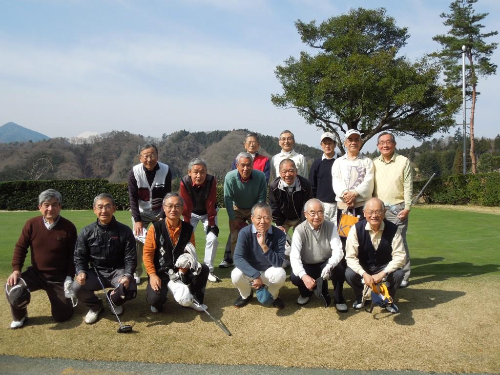 開会式に続き練習グリーンにて (参加者全員) 写真左の山の向こうにに富士山の頂上が写っています