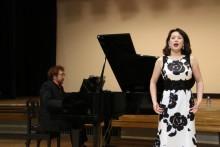 宗田舞子先生の素晴らしい独唱。 ピアノだけでなく歌もプロ。