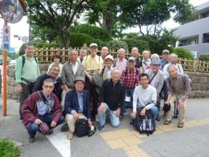 志村一里塚の前で記念撮影
