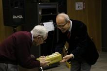 塩井世話役代表より白寿のお祝い記念品を差し上げた。