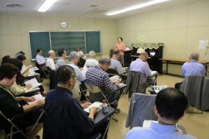 山田先生の指導と熱心に聞く出席者