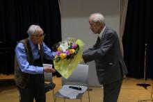 100歳を迎える小島亮一さんへお祝い の花束