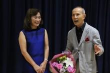 ピアノ伴奏の上原安江会員 へお礼の花束。